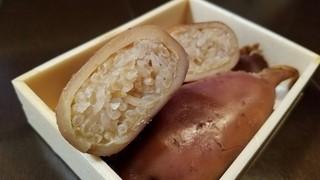 柴田商店 - 生イカの胴に、びっしりとお米が詰まっています