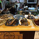 大阪屋食堂 - カウンターに置かれた魚達