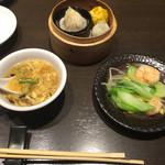 あたか飯店 - 海老と季節野菜の炒めと小籠包、広東シュウマイ、海老水晶餃子