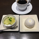 あたか飯店 - りんごのわらび餅とカスタード饅頭とコーヒー