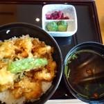 65241665 - ◆小海老と貝柱のかき揚げ丼(1290円:税込)、赤だし、香の物付。 ご飯は半分にして頂きました。