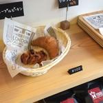 Heroes coffee - 店内で販売しているパン