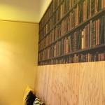 Heroes coffee - 本のように見えますが、壁です。