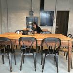 伊都岐珈琲ファクトリー - このテーブルはいいですね