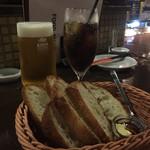 鉄板バル ラタンタ - 生ビールとコーラ&お通しのバケット