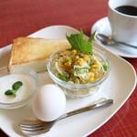 コーヒー&レスト アロエ - サービス満点のモーニング!!【トースト・ゆで卵・サラダ・アロエ特製のヨーグルト】こんなに出てドリンクの値段のみです。