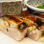 和食処おおつぼ - オプションで、白ご飯の代わりにいただいた、黒米焼き鯖寿司です(2017.4.10)