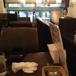スープカレー屋 鴻 神田駿河台店 - 二階席の奥から入口方向を眺める
