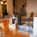 軍鶏と純手打ちうどん はし田本店 - オープンキッチンのカウンター席 奥にテーブル席