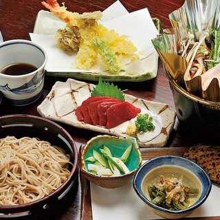 夕方からは、信州の地酒と郷土料理が楽しめる居酒屋に。