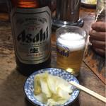 味のじゅん天 - スーパードライ大瓶、お通しの白菜の漬物