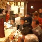 寺田屋 - カウンターでは肩を並べて歓談しながら美味しくいただけます。