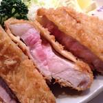 65262128 - お肉が良い色( ´ ▽ ` )ノ得ロース定食1600円+ご飯大盛り50円