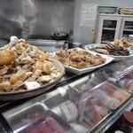鈴女 - カウンター上の大皿料理