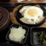 しんぱち食堂 - 朝ぶたばら目玉定食400円 全景かと思いきや後から味噌汁が