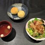 ニーニャ・ニーニョ桜小町 - 桜小町のお得なお昼セット の サラダ、白ごまパン、薬膳スープ。