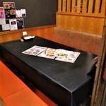ニーニャ・ニーニョ桜小町 - わたし達がお料理を頂いた半個室風の6人席。
