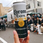 シェ・シバタ - ▲コロナビール片手に