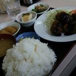 どんぶり君 - マグロのほほ肉フライ ご飯大盛り890円。