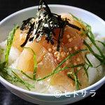 割烹 七草 - 刺身用の鯛をゴマの風味の効いたタレで味わう名物料理、鯛茶漬け