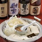 にし季 - ボリューム満点の湯豆腐。ダシ醤油と生姜のタレでどうぞ