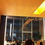 和雅家 - 高い天井と広い窓