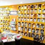 昭和堂Q - ゆったりとした時間を過ごす象徴は読書。ジャンル別に整理された大型本棚は2000冊以上の本で一杯です。