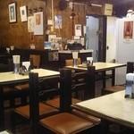 龍朋 - 整然と並んだテーブル席