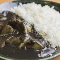 ちゅらさん亭 - 見た目のインパクトに食事のシーンも盛上る『イカスミカレー』