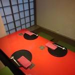 とよなか桜会 - 赤いテーブルの座敷個室