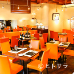 ビストロ ダイア - オレンジ色の椅子、高めの天井が明るくカジュアルな雰囲気です