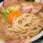 純豚骨ラーメン鶯 - キレイなタマゴが輝き、濃厚なスープと美味しい麺。とても美味しい一杯でした♪