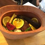 ビストロ ダイア - 大きな鍋で蒸し焼きです