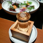 素材屋 - 松竹梅の冷酒升酒と刺身。升の中にコップがあるが、升を皿の上に置いているのは、皿までお酒がこぼれても良いように。