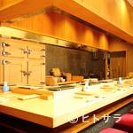鮨處つの田 - 木製の冷蔵庫は、店の顔というべきマストアイテム