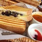 リングアワールドカフェ - ブリーチーズとブルーベリーのサンドイッチ