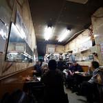 センリ軒 - 店内は築地の人と観光客でいっぱい。