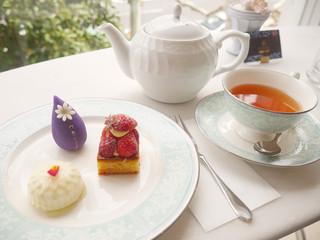 カフェ ド ローズ - ケーキ3種盛りと紅茶