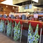 博多拉麺 KAZU - カウンター6席、テーブル3席ご用意してあります。