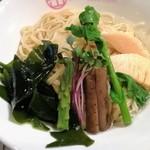 65332320 - 三陸産わかめと春の野菜のつけ蕎麦のアップ。
