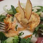 マゼランズ - スイスチャードと桜海老のキッシュ、サラダ添え