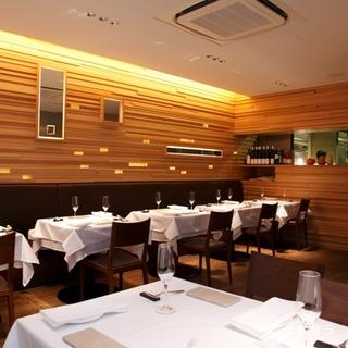 落ち着いた空間で美味しい料理とワインをお楽しみください