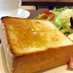 上島珈琲店 - トーストは厚切りだが、普通の食パンより一回り小さい。