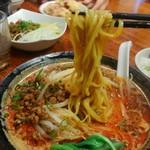 東京担々麺  ゴマ哲 - 太麺ですね。