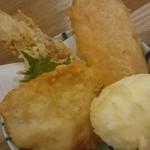 うどんダイニング 弥栄 - 天ぷらはかしわ、人参、大葉、ちくわ、半熟卵の組み合わせ