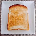 65348688 - 食パン 1斤@280円 5枚切りの1枚                       トーストしてはちみつをかけていただきました。                       スタッフさんがカットしているため、厚さやカットの断面には多少のバラつきがあります。