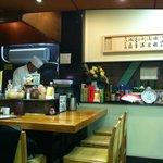 十和田 - カウンターで天ぷら揚げています。