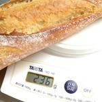 Bakery&Cafe BakeAwake - バゲット計量。