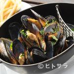 カナルカフェ - ムール貝の白ワイン蒸し 黒胡椒風味(仏産フライドポテト付)