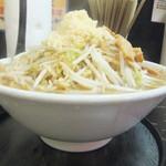 自家製太麺 ドカ盛 マッチョ - 横からの図。野菜の山がなかなかでかい(2017.1.9)